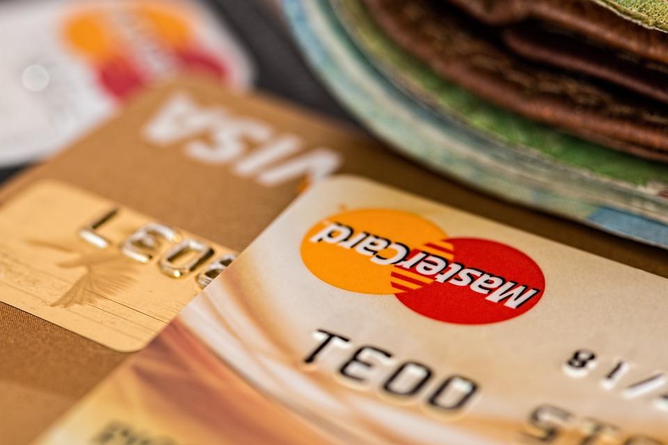 Los pagos con tarjeta y medios digitales podrían ahorrar al consumidor más de 32 euros cada mes