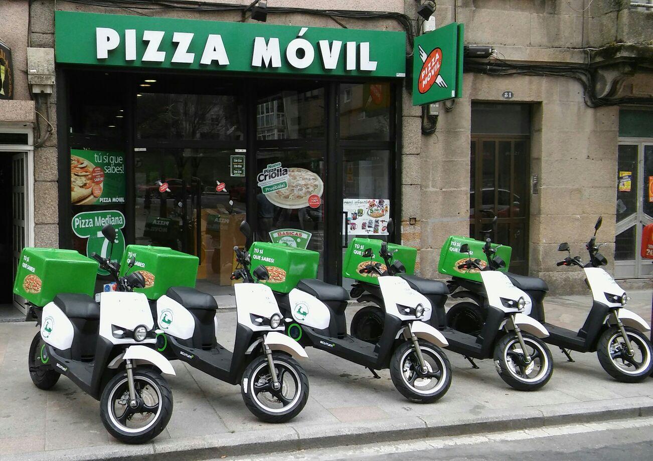 Pizza Móvil incorpora motos eléctricas Scutum a su flota de reparto en Vigo